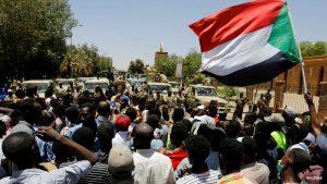 Manifestanti sudanesi durante una protesta a Khartoum nell'Aprile 2019, un mese prima dello scoppio dell'ennesimo conflitto in Sudan, risoltosi forse con l'accordo del 3 luglio (Credits: BBC)