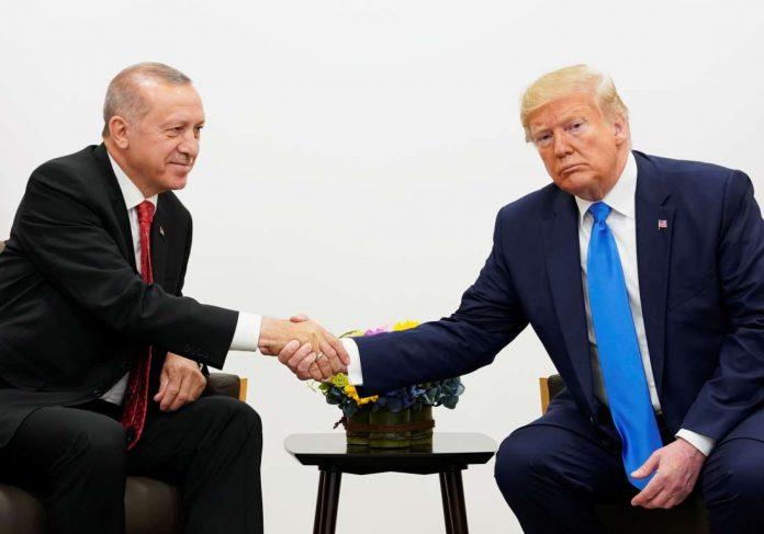 I Presidenti Erdogan e Trump si stringono la mano durante un summit (Credits: Thomson Reuters, LLC)