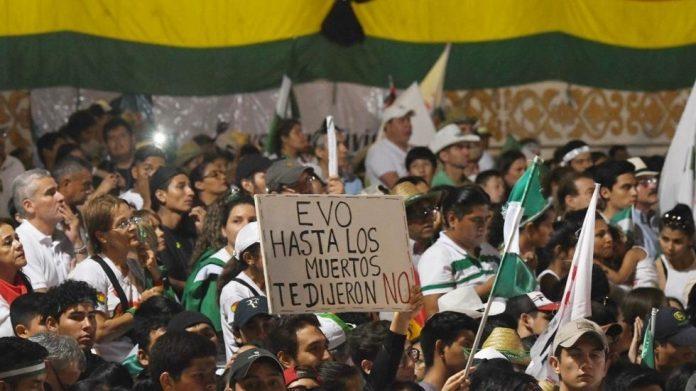 manifestanti a La Paz per le dimissioni di Morales