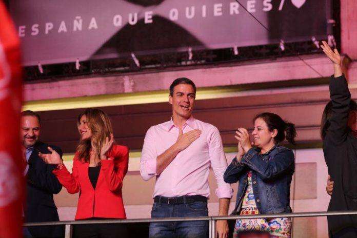 Sanchez celebra la vittoria alle elezioni del 10 novembre